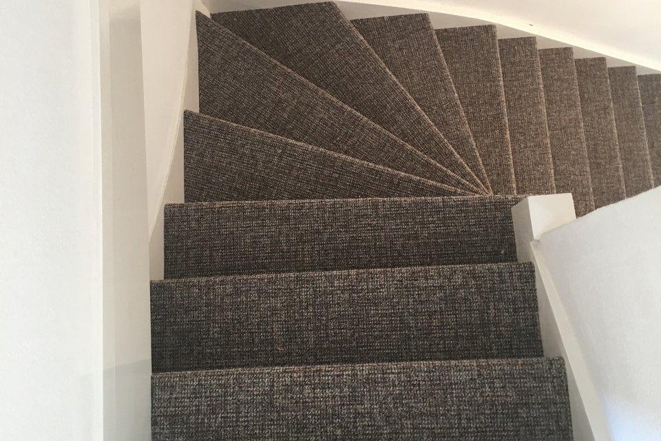 Trap bekleden met bouclé tapijt in den haag
